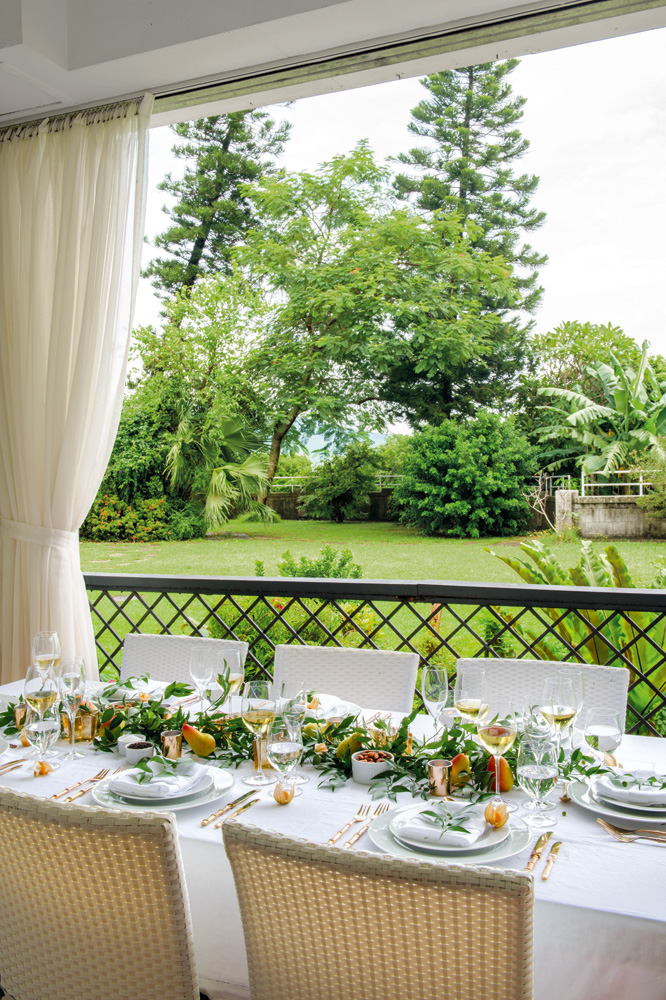 Forgo the formality with a simple white linen tablecloth and neutral napkins. Fruit, vegetables, herbs and garden greenery add colour and an irresistible organic ambience.