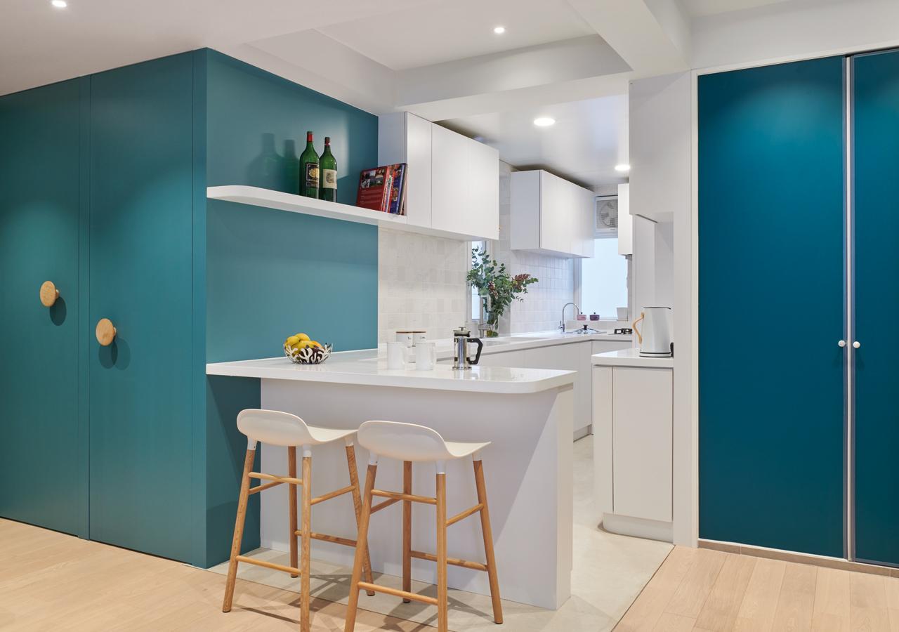 飯廳與開放式廚房無縫相連, 是一家交流共聚的好地方