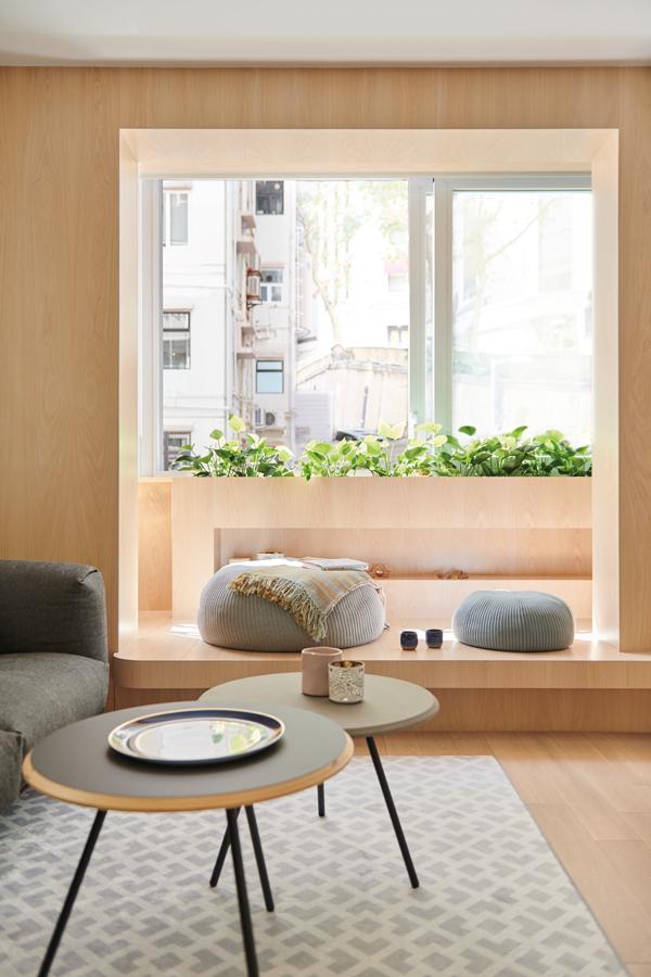 窗邊加裝的木框平台彷似把戶外景色如藝術品裱起來