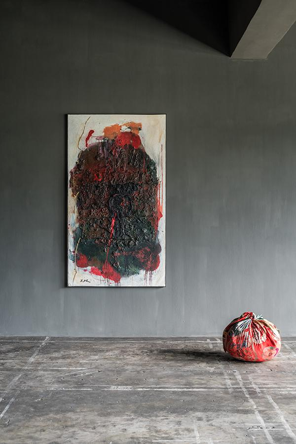 'Armor' by artist Shozo Shimamoto (left); 'Bottari' sculpture by Kimsooja. (Photo: Courtesy of Axel Vervoordt Gallery)