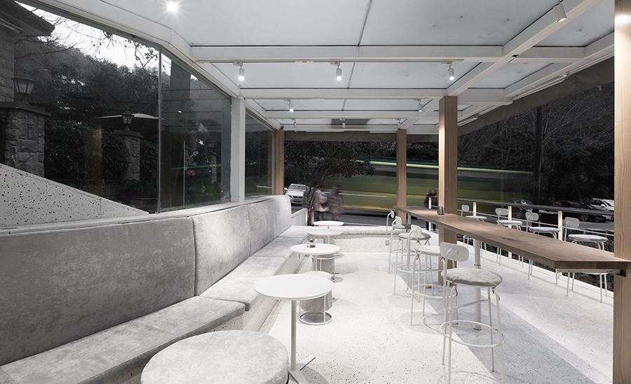 A sheltered seating area by the entrance invite passersby, locals and city dwellers alike to stop for a breather – with a cup of coffee, and a pastry or two. (Photo: UNITU, courtesy of PROJECT Architects)