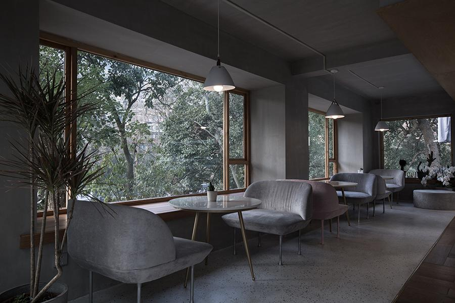 Large bay windows invite more of the outdoors into the cafe
