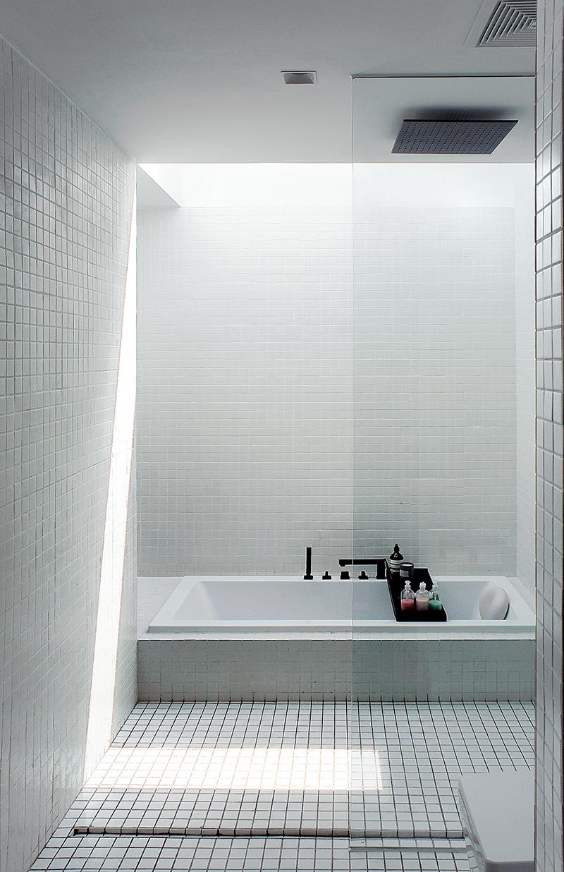 A modern, minimalist bathroom with skylights. (Photo: Linjian Design Studio)