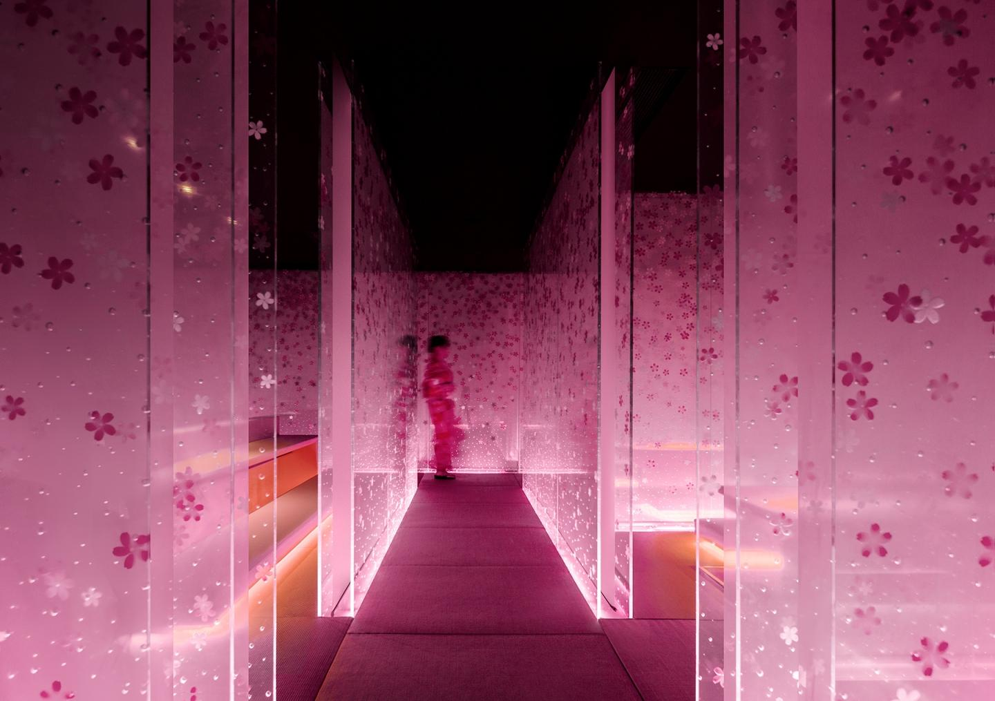 A server roams the second-floor corridor. (Photo: Courtesy of Shanghai Hip-pop Design)