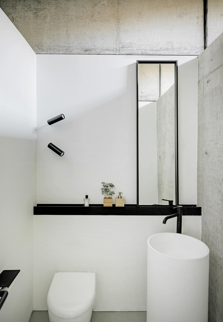Black steel touches pepper the rooms and bathrooms. (Photo: Jonathan Leijonhufvud, courtesy of MDDM Studio)