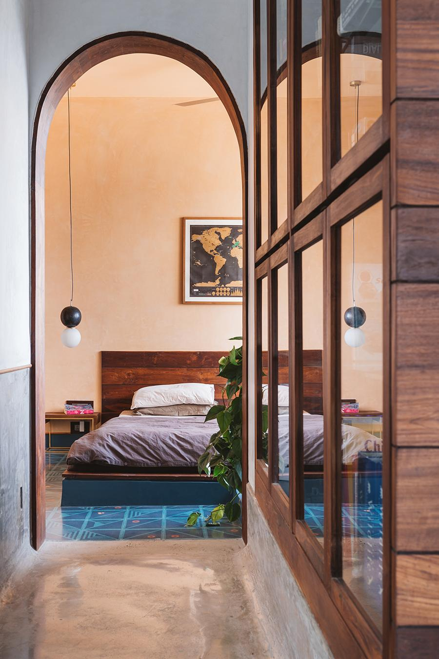 A corridor connects the living space to the doorless sleeping quarters. (Photo: The Fishy Project)